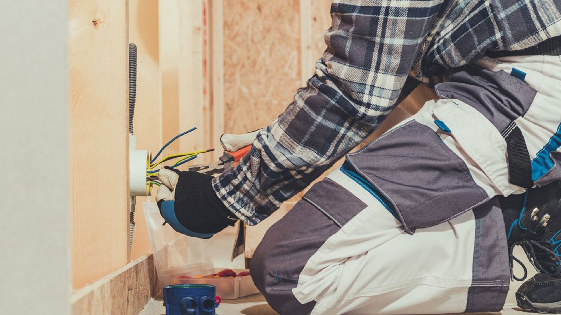 estand_electrician_service_6-min